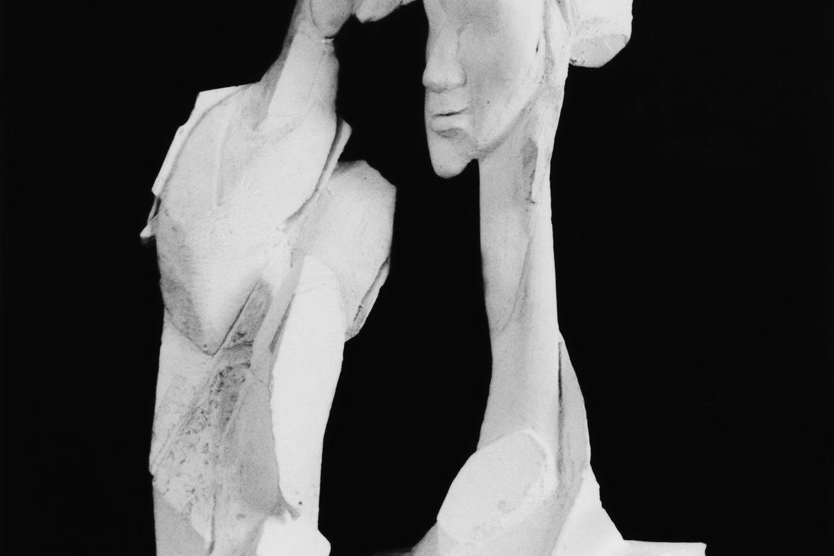 Két ragasztott figura, a jobb oldali hosszú nyakú fejet ábrázol, 1994 k.